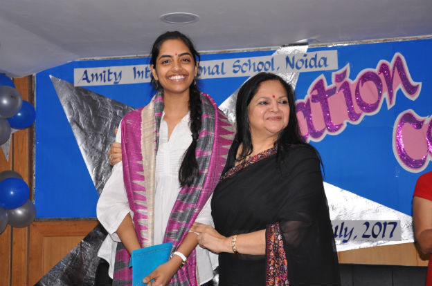 Raksha gopal cbse class xii all india topper awarded a cheque of rs noida recognizing the hard work diligence and commitment of 132 meritorious students who have scored 90 and above during cbse class xii board altavistaventures Images